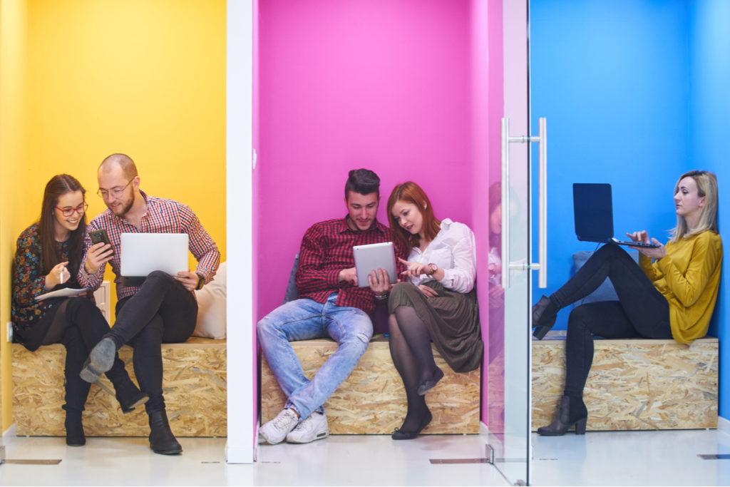 millennials em frente a computadores